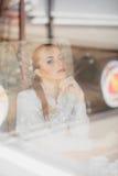 Bella ragazza nel caffè Fotografia Stock