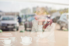 Bella ragazza nel caffè Fotografia Stock Libera da Diritti