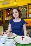 Bella ragazza nel caffè con il dolce Fotografie Stock Libere da Diritti