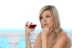 Bella ragazza nel caffè con un vetro della vittoria rossa immagini stock libere da diritti