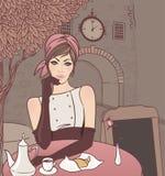 Bella ragazza nel caffè della via Fotografia Stock