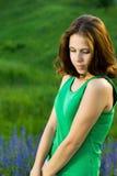 Bella ragazza nel campo verde fotografia stock libera da diritti
