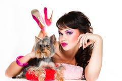 Bella ragazza nel colore rosa con il terrier di Yorkshire fotografia stock libera da diritti