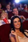 Bella ragazza nel sorridere del cinema Fotografia Stock
