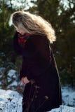 Bella ragazza nel tiro di foto di Natale di inverno al parco Fotografia Stock
