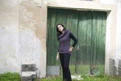 Bella ragazza nell'azienda agricola Fotografia Stock