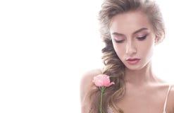 Bella ragazza nell'immagine della sposa con il fiore Modelli con trucco nudo e una rosa in sua mano Fotografie Stock Libere da Diritti