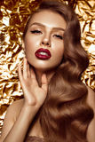 Bella ragazza nell'immagine di Hollywood con l'onda ed il trucco classico Fronte di bellezza immagine stock libera da diritti