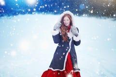 Bella ragazza nella fiaba della foresta di inverno snowfall immagini stock libere da diritti