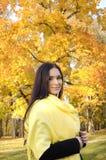 Bella ragazza nella foresta variopinta di autunno fotografie stock libere da diritti