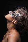 Bella ragazza nella maschera con trucco luminoso Fronte di bellezza Immagine Stock Libera da Diritti