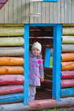 Bella ragazza nella piccola casa di legno Immagini Stock