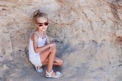 Bella ragazza nelle rocce Immagini Stock