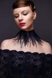 Bella ragazza nello stile Gatsby con un collare delle piume e del vestito blu dal pizzo Modelli con l'acconciatura a partire dagl Immagini Stock Libere da Diritti