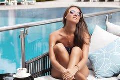 Bella ragazza in occhiali da sole che si rilassano con il caffè Fotografia Stock Libera da Diritti