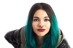 Bella ragazza penetrante che esamina diritto la macchina fotografica Immagini Stock Libere da Diritti