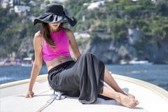 Bella ragazza in Positano su Amalfi che posa sulla barca Fotografie Stock
