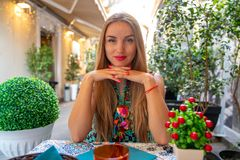 Bella ragazza pranzando in un caffè della via in Italia fotografia stock