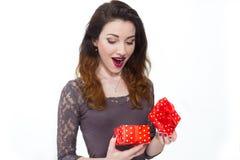Bella ragazza presa dal contenitore di regalo di apertura di sorpresa Immagini Stock Libere da Diritti