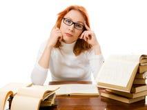 Bella ragazza red-haired in vetri con i libri. Fotografie Stock