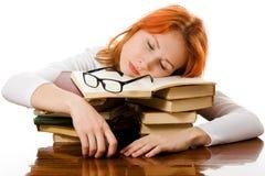 Bella ragazza red-haired in vetri con i libri. Immagine Stock