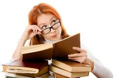 Bella ragazza red-haired in vetri con i libri Fotografie Stock Libere da Diritti
