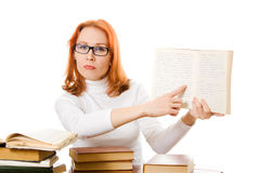 Bella ragazza red-haired in vetri con i libri Immagini Stock Libere da Diritti