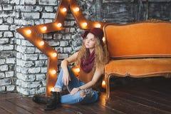 Bella ragazza riccio-dai capelli in cappello e jeans Immagini Stock Libere da Diritti