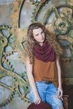 Bella ragazza riccio-dai capelli in cappello e jeans Immagine Stock Libera da Diritti