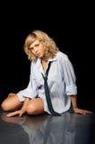 Bella ragazza rigorosa r nella camicia degli uomini Fotografie Stock