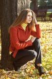 Bella ragazza in rivestimento rosso Immagini Stock Libere da Diritti