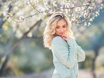 Bella ragazza rossa dei capelli nel giardino floreale fotografie stock libere da diritti