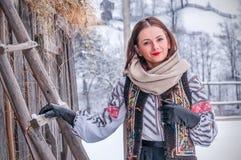 Bella ragazza rumena in costume tradizionale Immagini Stock Libere da Diritti