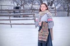Bella ragazza rumena in costume tradizionale Fotografie Stock Libere da Diritti