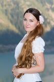 Bella ragazza russa con capelli ricci lunghi fotografia stock libera da diritti