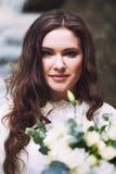 Bella ragazza russa con un mazzo nuziale dei fiori Fotografia Stock Libera da Diritti