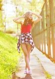 Bella ragazza sensuale dei pantaloni a vita bassa nella posa urbana di stile Fotografia Stock