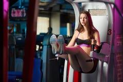 Bella ragazza sensuale femminile attraente che fa allenamento di forma fisica alla palestra Fotografia Stock