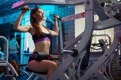 Bella ragazza sensuale femminile attraente che fa allenamento di forma fisica alla palestra Immagini Stock
