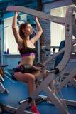 Bella ragazza sensuale femminile attraente che fa allenamento di forma fisica alla palestra Fotografie Stock Libere da Diritti