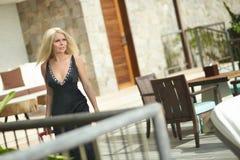 Bella, ragazza sessuale che cammina sul terrazzo con la borsa dei bagagli Fotografia Stock
