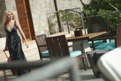 Bella, ragazza sessuale che cammina sul terrazzo con la borsa dei bagagli Fotografia Stock Libera da Diritti