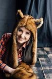 Bella ragazza sexy che porta il cappello di pelliccia marrone fotografia stock