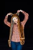 Bella ragazza sexy che porta il cappello di pelliccia marrone immagini stock libere da diritti