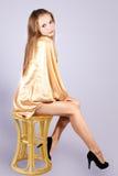 Bella ragazza sexy che si siede su una presidenza. Fotografia Stock Libera da Diritti