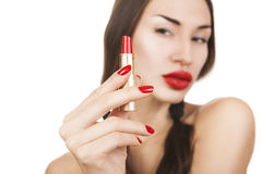 Bella ragazza sexy che tiene rossetto rosso, trucco luminoso fotografie stock libere da diritti