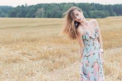 Bella ragazza sexy dai capelli rossi in prendisole luminose di estate con il campo da gioco grassottello delle grandi labbra fotografia stock libera da diritti