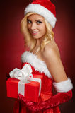 Bella ragazza sexy del Babbo Natale con il contenitore di regalo Immagini Stock