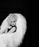Bella, ragazza sexy elegante con la grande tuta del nero del seno nello studio su un fondo bianco con un bello trucco con lungame Fotografie Stock