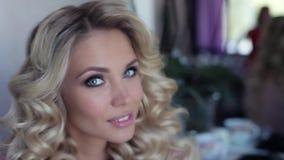 Bella ragazza sexy in un salone di bellezza video d archivio